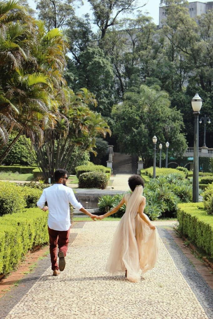 Noivos correndo no jardim do Museu do Ipiranga